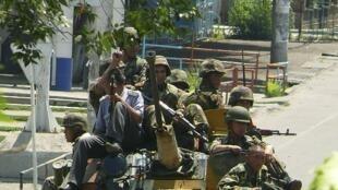 Des militaires sur un véhicule blindé dans les rues d'Och au sud du Kirghizistan.