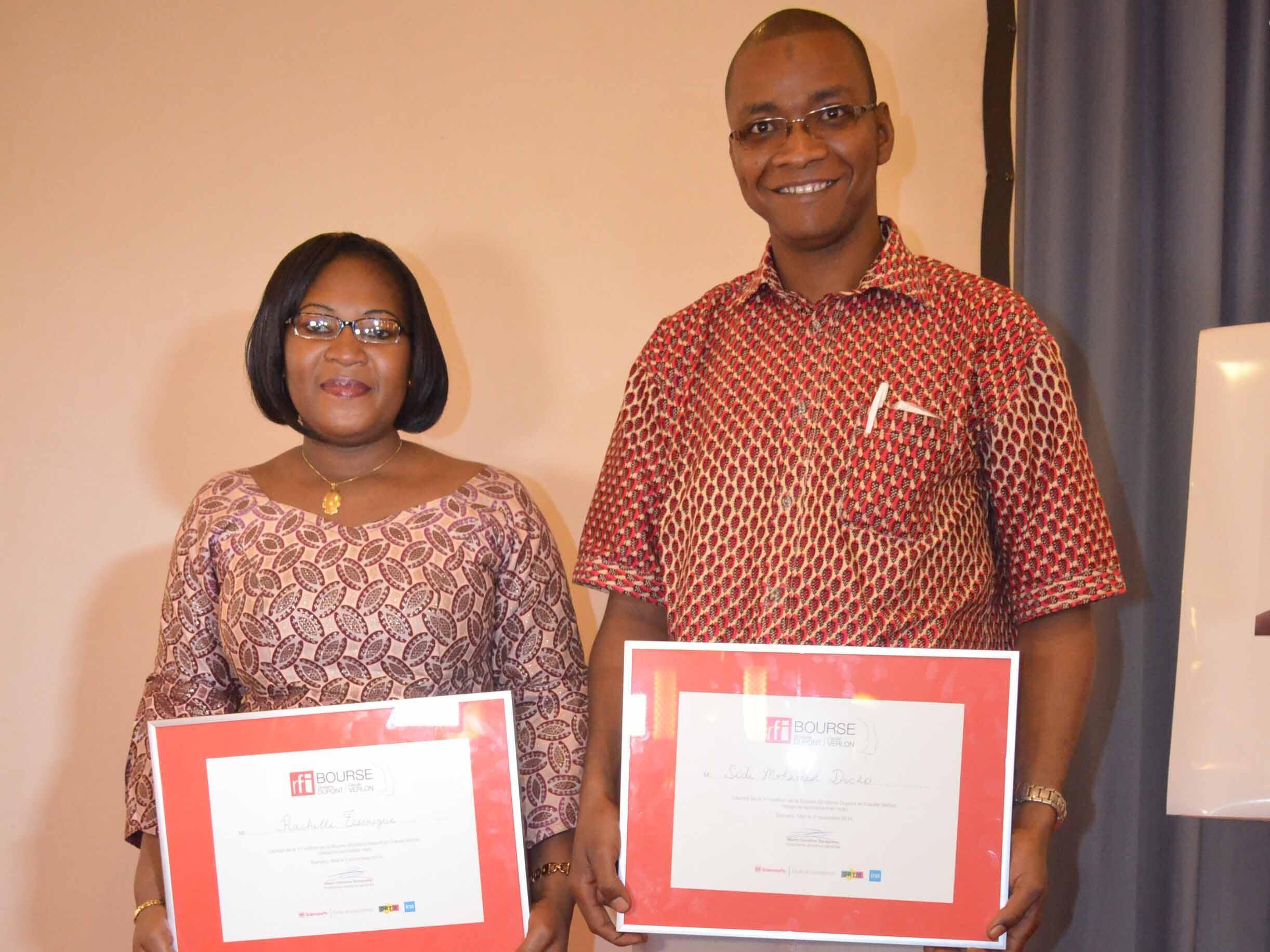 Les deux lauréats de la Bourse Ghislaine Dupont et Claude Verlon, Rachelle Tessougué, journaliste, et Sidi Mohamed Dicko, technicien radio.