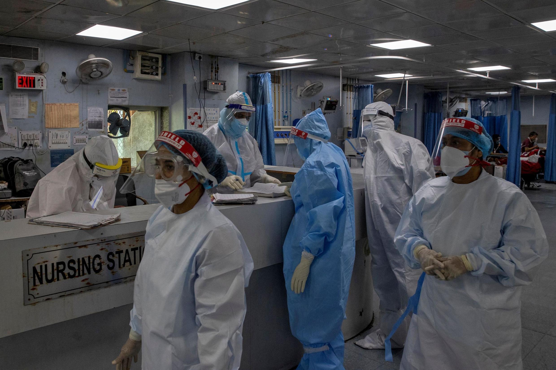Du personnel médical dans une unité de soins intensifs soignent des patients atteints du coronavirus dans un hôpital de New Delhi, le 17 juillet 2020.