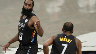 James Harden #13 reacts y Kevin Durant #7 en el duelo de playoffs de su equipo Brooklyn Nets  ante Boston Celtics en New York, en disputado el 25 de mayo de 2021.  Sarah Stier/Getty Images/AFP