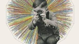 """Detalle de la portada del libro de Carlos Chimal """"El Universo en un puñado de átomos""""."""