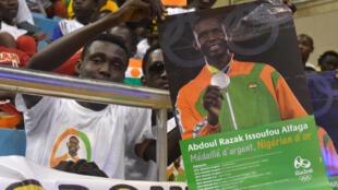 Un supporter nigérien d'Abdoulrazak Alfaga lors du retour triomphal à Niamey du médaillé d'argent olympique.