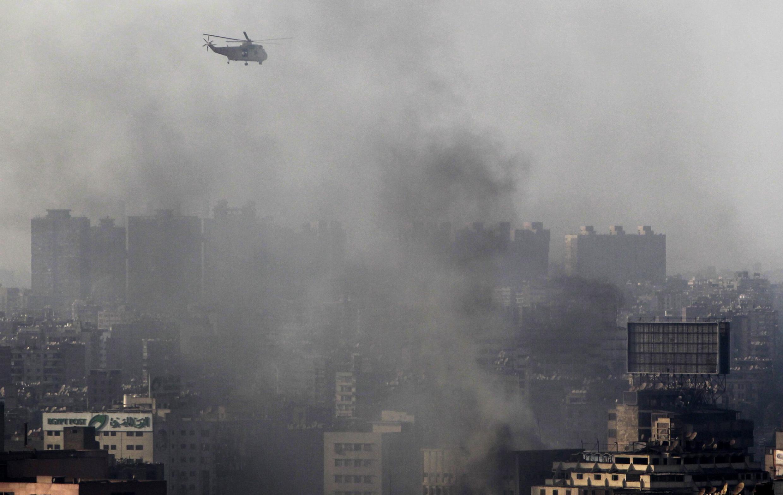 Un hélicoptère de l'armée survole la capitale égyptienne en proie aux affrontemenst entre les Frères muslmans et les forces de l'ordre, le 16 août 2013.