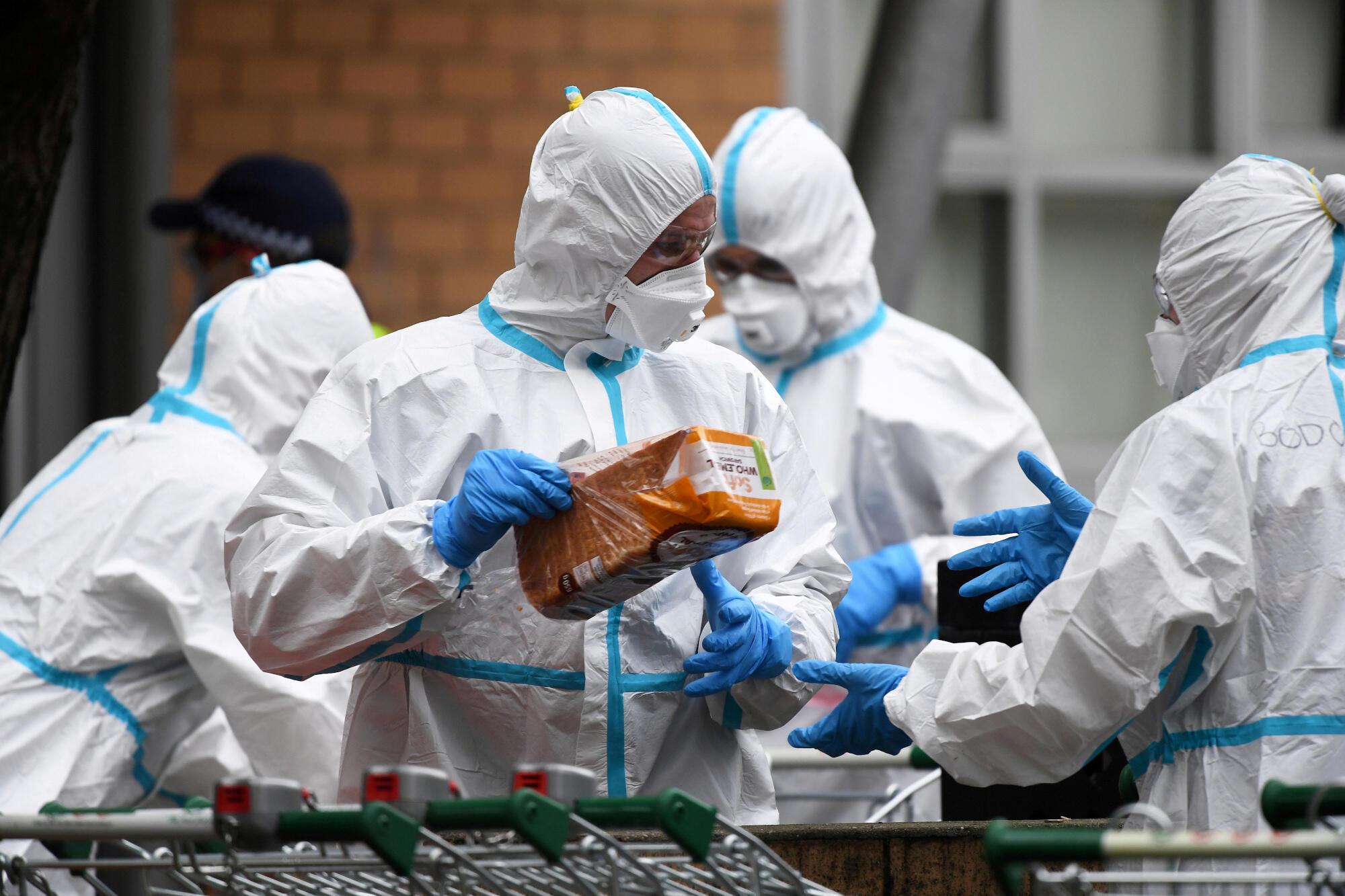 Los bomberos de Melbourne preparan una distribución de alimentos en un edificio confinadp el martes 7 de julio de 2020.
