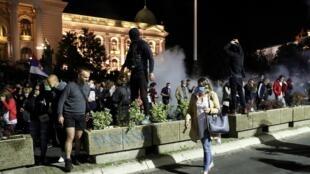 Des manifestants anti couvre-feu à Belgrade, le 7 juillet 2020. Ils dénoncent la mauvaise gestion de l'épidémie de coronavirus par le gouvernement.