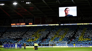 Cardiff City players and fans during the minute's silence paying tribute to Emiliano Sala before the match on February 2, 2019