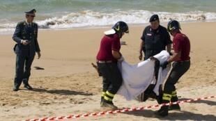 Os mergulhadores continuam nesta terça-feira, 8 de outubro de 2013, os trabalhos de busca dos corpos de mais de 100 imigrantes que ainda estão desaparecidos.