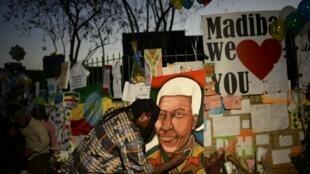 Les Sud-Africains se rassemblent devant la clinique où est hospitalisé Nelson Mandela afin de lui rendre hommage.
