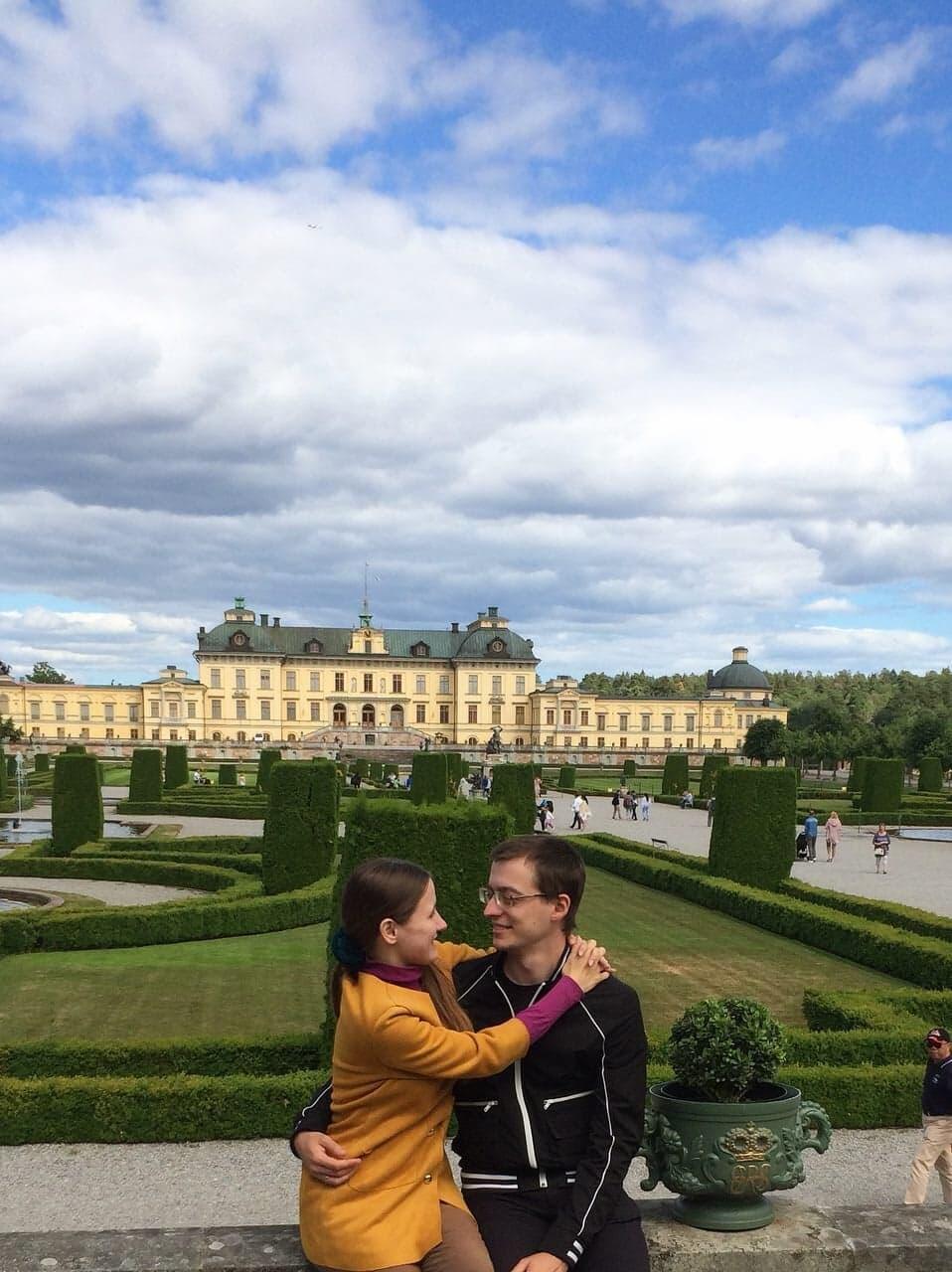 Константин Зыков с женой Татьяной возле второго королевского дворца в Стокгольме