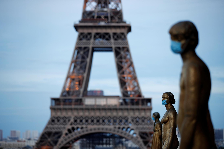 法国人权广场雕像戴上口罩
