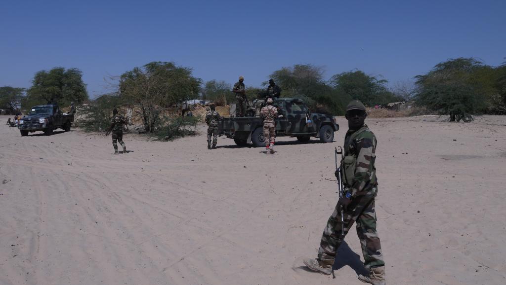Soldados do Níger patrulham junto da fronteira com a Nigéria.