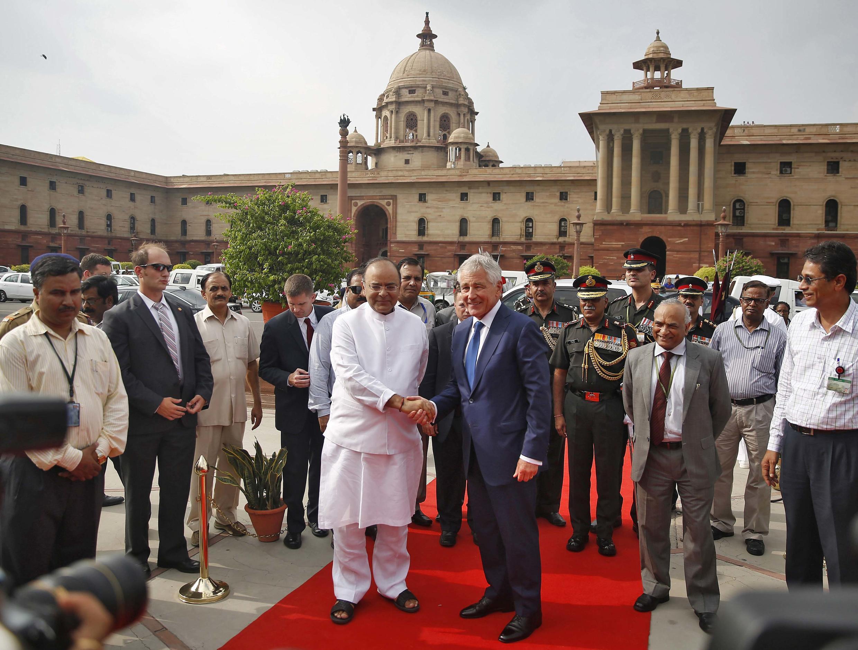 Bộ trưởng Quốc phòng Mỹ Chuck Hagel (giữa, phải) và người đồng nhiệm Ấn Độ Arun Jaitley (giữa, trái) tại New Delhi, 08/08/2014.
