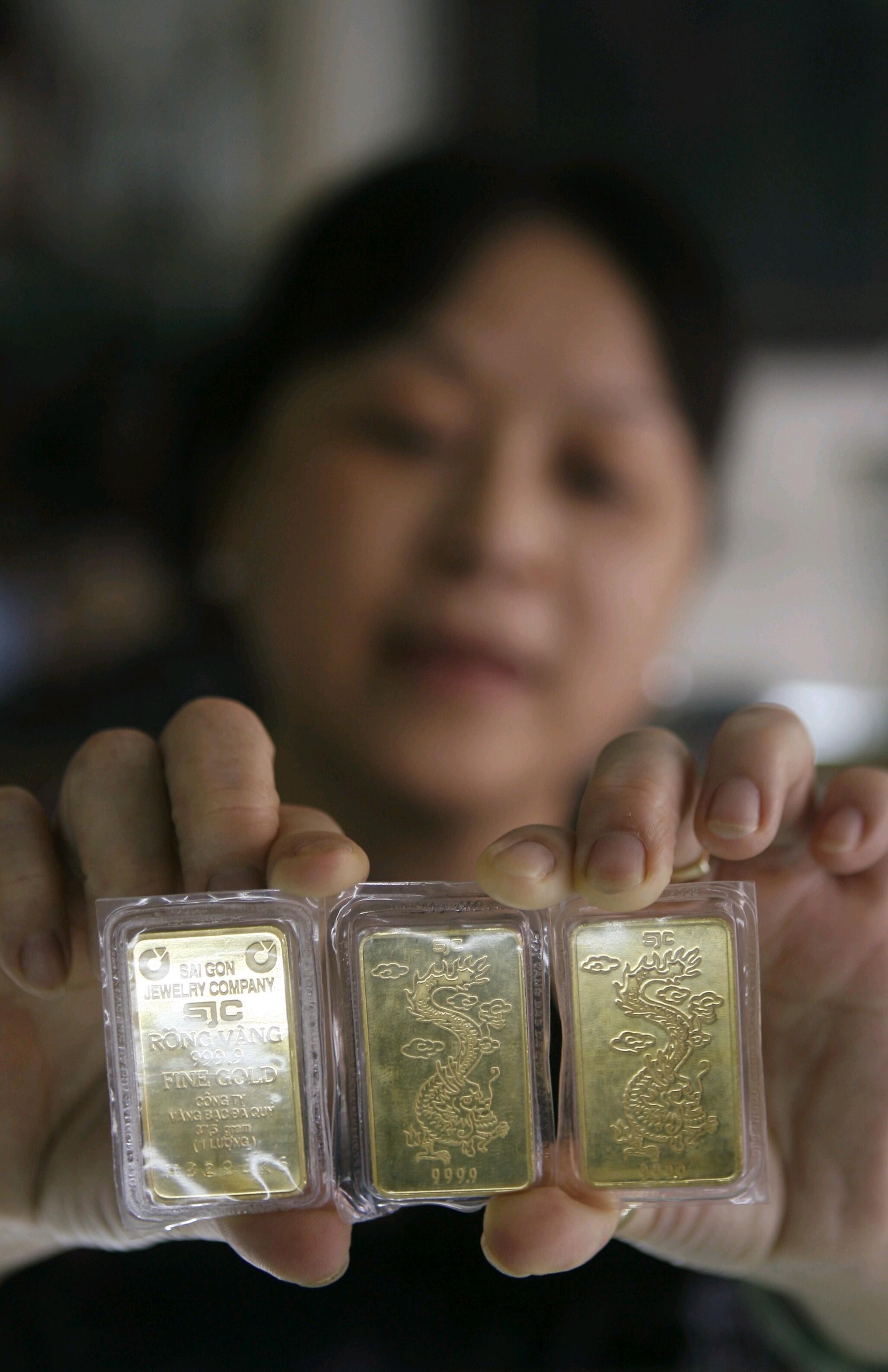 Vàng được bán tại một tiệm vàng ở Hà Nội. Ảnh chụp năm 2008.
