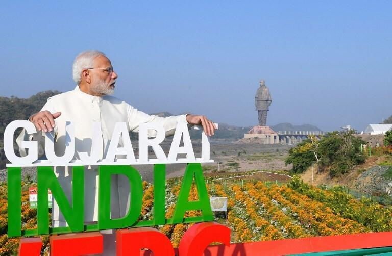 Thủ tướng Narenda Modi bên bức tượng khổng lồ Sardar Vallabhbhai Patel. Ảnh do bộ phận thông tin chính phủ Ấn Độ phát hành ngày 31/10/2018.