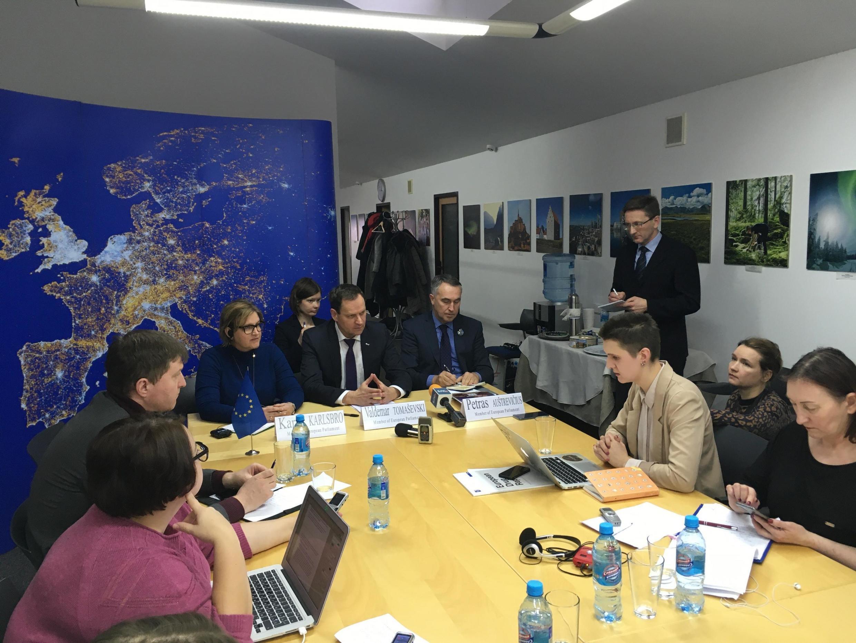 Вальдемар Томашевски, Карин Карлсбро и Пятрас Ауштрявичюс на встрече в Минске