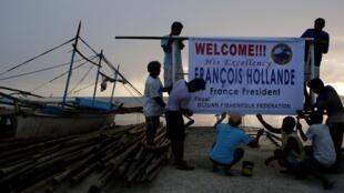 Ngư dân vùng Sama đón tiếp tổng thống Hollande ngày 26/02/2015. Đây là một trong những vùng bị bão Haiyan tàn phá nặng nề nhất.