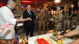 Shugaban Faransa Emmanuel Macron, yayinda ganawa da dakarun kasarsa a birnin Yamai.