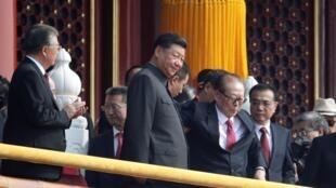 中共建政70周年典禮,天安門觀禮台上,左邊白髮蒼蒼的是胡錦濤,右邊是江澤民。
