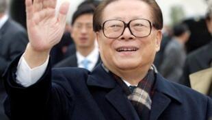A quelques jours du 18e Congrès du PCC, l'ex-président chinois Jiang Zemin fait un retour qui n'est pas passé inaperçu, photo d'archives prise le 23 octobre 2002.