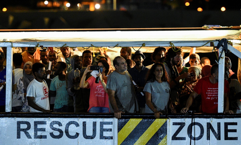 Migrantes chegam em Lampedusa em 2019.