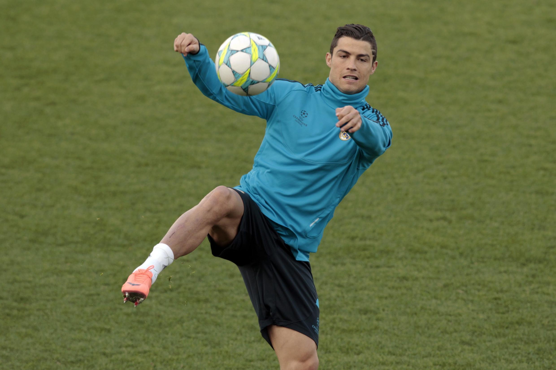 O atacante Cristiano Ronaldo, do Real Madri, treina antes da partida em Nicosia, nesta terça-feira.