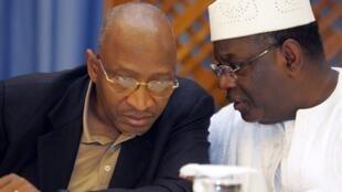 Le président malien Ibrahim Boubacar Keïta avec Soumeylou Boubèye Maïga, lors d'une conférence de presse, à Bamako, le 1er mai 2007.