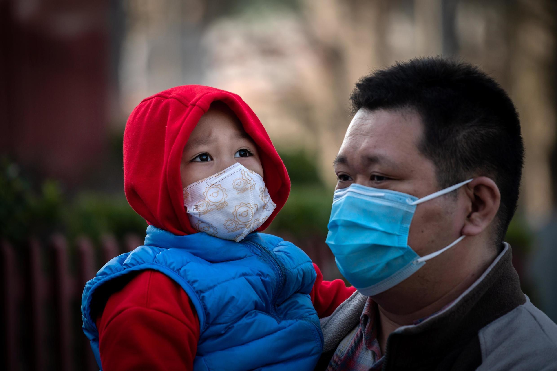 À travers le monde, le port de masques, même artisanaux, commence à se généraliser.