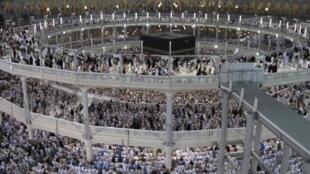 Peregrinação anual à Meca reúne 2 milhões de muçulmanos.