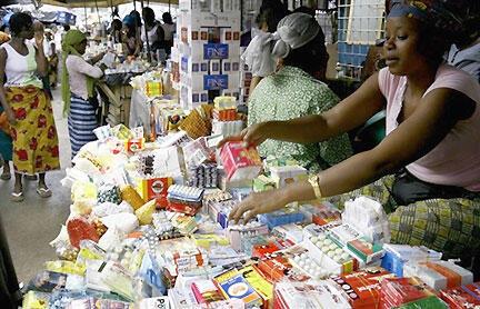 Des médicaments d'origine frauduleuse sur un marché à Abidjan en Côte d'Ivoire.