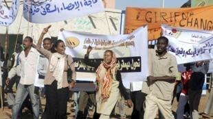Des opposants soudanais manifestent contre l'arrestation de trois responsables de l'ancienne rébellion sudiste du SPLM, dans Khartoum, le 7 décembre 2009.