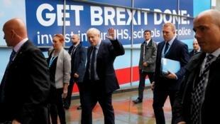 Le Premier ministre britannique Boris Johnson salue en se rendant au congrès annuel du Parti conservateur à Manchester, le 29 septembre 2019.