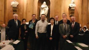 第24屆台法文化獎頒獎典禮主辦方與兩位得獎主合影