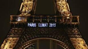 Torre Eiffel iluminada, depois do Acordo de Paris [