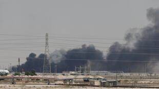 Incêndio das instalações de Aramco na cidade oriental de Abqaiq, Arábia Saudita, 14 de setembro de 2019.