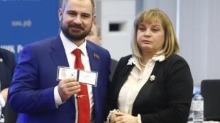 Кандидат от партии «Коммунисты России» Максим Сурайкин (справа) и глава ЦИК Элла Памфилова. 8 февраля 2018