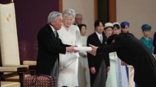 L'empereur Akihito du Japon lors du rituel de son abdication, ce mardi 30 avril. À ses côtés, outre l'impératrice Michiko, deux des trésors de la famille impériale.