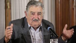 """Según el presidente Mujica, la legalización ayudará a """"arrebatar"""" el mercado al narcotráfico y acabar con la violencia que genera."""