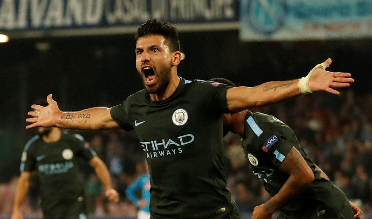 Dan wasan gaba na kungiyar Manchester City, Sergio Aguero yayin da yake murnar zura kwallo ta 3 a ragar kungiyar Napoli.