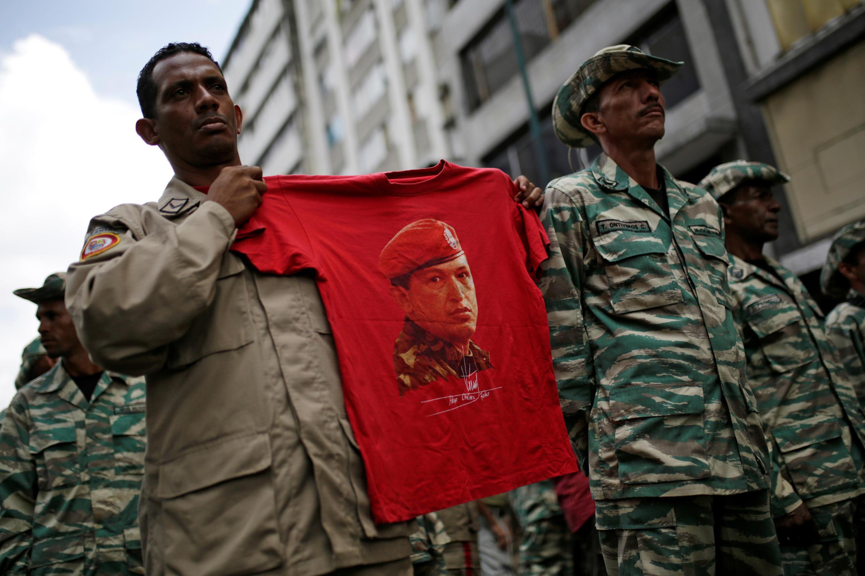 Lors d'une cérémonie à Caracas en avril 2017, l'armée défile devant la loge présidentielle de Nicolas Maduro en brandissant un drapeau à l'effigie du chef d'Etat défunt Hugo Chavez.