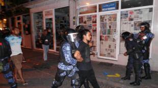 Les forces de sécurité des Maldives ont arrêté près de 200 personnes, dont des dirigeants de l'opposition, après une manifestation en faveur de l'ex-président Mohamed Nasheed, à Malé, le 2 mai 2015.