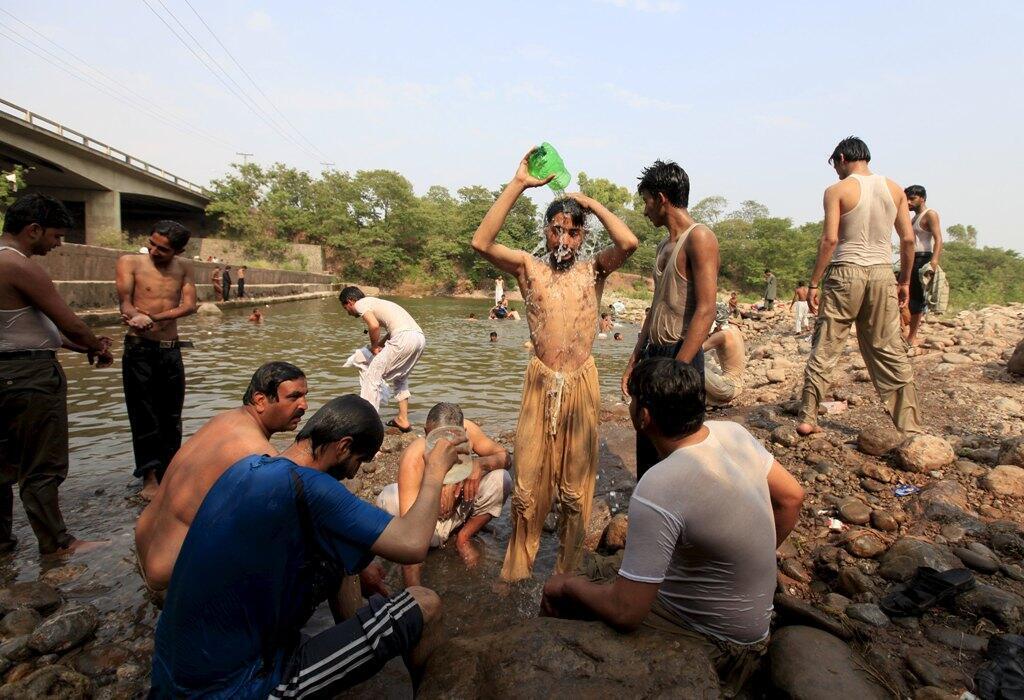 巴基斯坦人在酷暑中戲水2015年6月23日。伊斯蘭堡