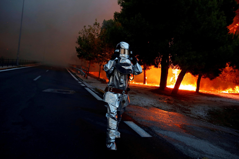 Пожарный в городе Рафина, неподалеку от Афин, 23 июля 2018