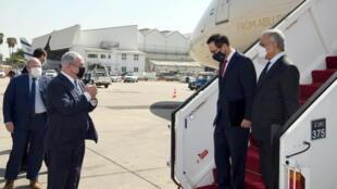 Benyamin Netanyahu accueille le secrétaire américain au Trésor Steve Mnuchin et le ministre émirati des Finances Obaid Humaid al-Tayer, le 20 octobre à Tel Aviv.