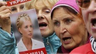 Manifestantes exibem cartazes pró-Timochenko diante do prédio da Suprema Corte da Ucrânia, em Kiev. 29 de agosto de 2012