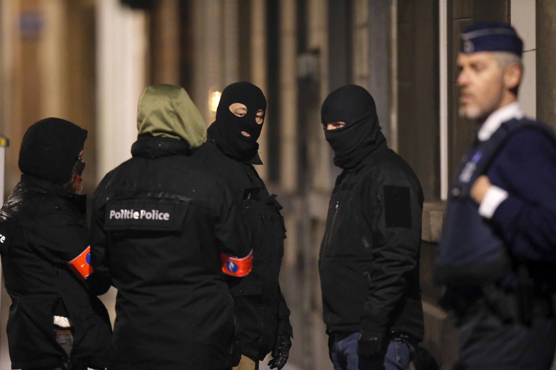 Cảnh sát Bỉ canh gác lối vào một tòa nhà tại Schaerbeek trong đợt bố ráp ở Bruxelles.