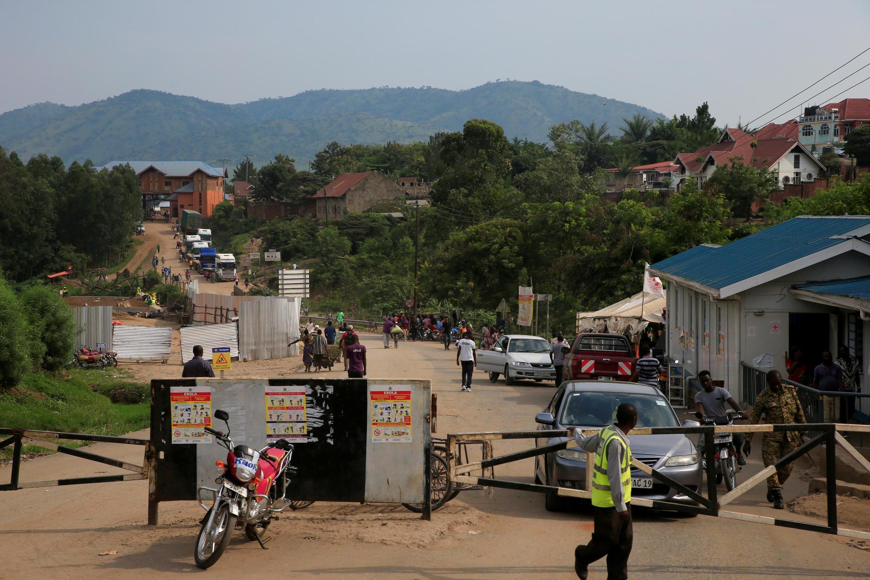 Kwenye mpaka na DRC, katika eneo la Mpondwe, kumewekwa mabango yanaonya dhidi ya hatari ya Ebola, Juni 13, 2019.