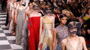 Máscaras e frases escritas no corpo das modelos trouxeram a poesia para a passarela da Dior.