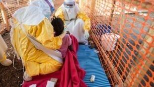 Uma trabalhadora voluntária da organização Médicos Sem Fronteiras contraiu o vírus Ebola na Libéria.
