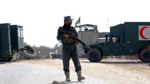 Un officier de police afghan photographié près des lieux d'une attaque, non loin de Jalalabad, le 6 mars 2019.