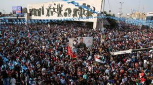 """Acto de campaña en Bagdad de los partidariuos del líder chiita Moqtada Sadr con las banderas de la «Marcha por las reformas"""", alianza electoral de formaciones mayoritariamente laicas, entre ellas el Partido Comunista."""